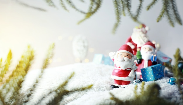 Szczęśliwa święty mikołaj rodzina w śniegu przewożenia prezentach dzieci wesoło bożych narodzeń pojęcia tło.