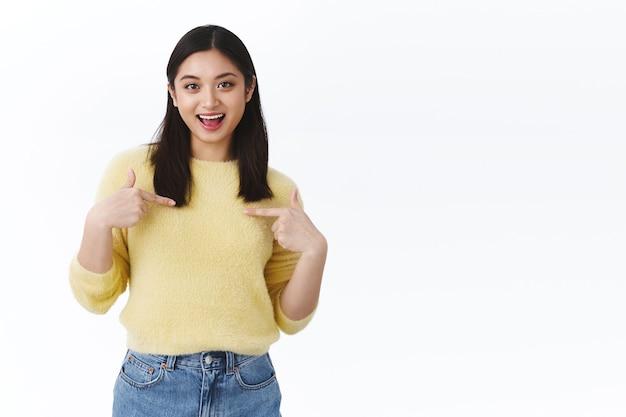 Szczęśliwa szczęśliwa zdrowa uśmiechnięta azjatka wskazująca na siebie, by chwalić się swoimi osiągnięciami, awansowała, budowała karierę po ukończeniu uniwersytetu, wolontariat, chełpliwie rozmawiała