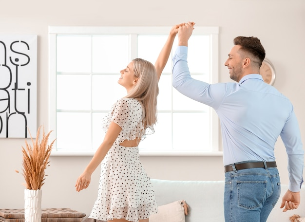 Szczęśliwa Tańcząca Młoda Para W Domu Premium Zdjęcia