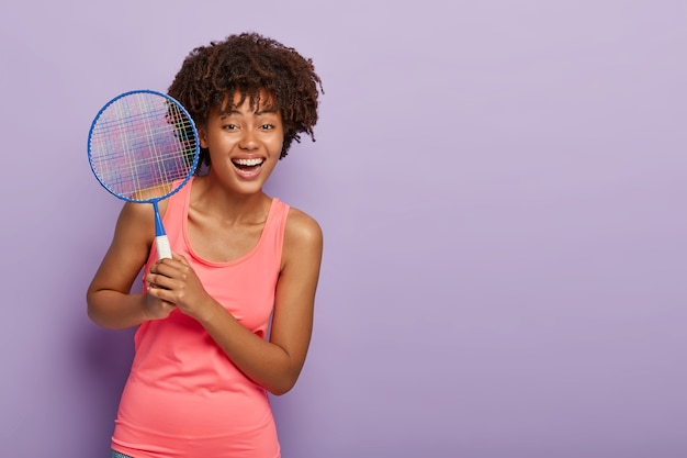Szczęśliwa tenisowa dziewczyna trzyma kant
