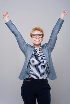 Szczęśliwa twarz kobiety sukcesu