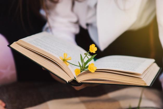 Szczęśliwa uczennica, czytanie książek