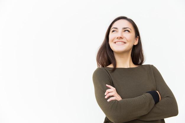 Szczęśliwa ufna piękna kobieta z rękami krzyżował przyglądający up