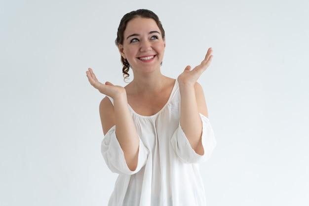Szczęśliwa urocza kobieta rzuca up ręki