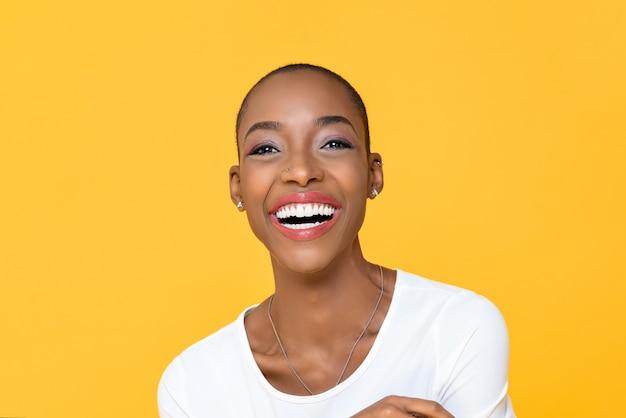Szczęśliwa uśmiechnięta amerykanin afrykańskiego pochodzenia kobieta