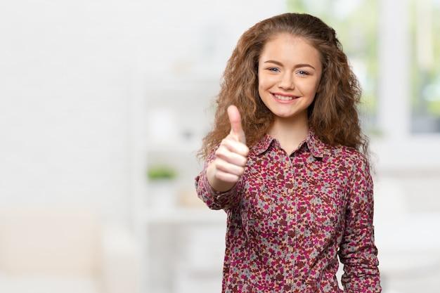 Szczęśliwa uśmiechnięta biznesowa kobieta z ok ręka znakiem