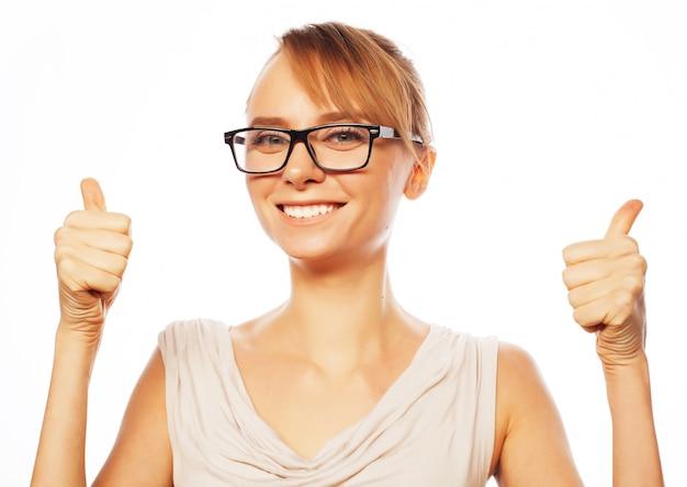 Szczęśliwa uśmiechnięta biznesowa kobieta