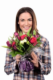 Szczęśliwa uśmiechnięta dziewczyna z bukietem