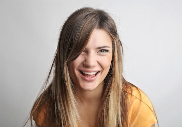 Szczęśliwa uśmiechnięta dziewczyna