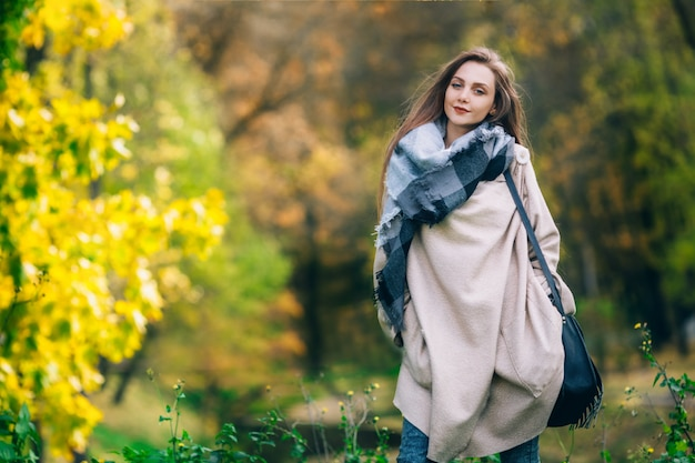 Szczęśliwa uśmiechnięta kobieta, outdoors, jesień park.