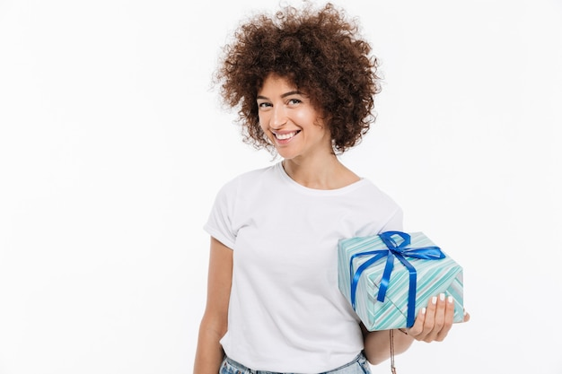 Szczęśliwa uśmiechnięta kobieta trzyma teraźniejszego pudełko
