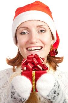 Szczęśliwa uśmiechnięta kobieta w boże narodzenie kapelusz i rękawiczki z prezentem
