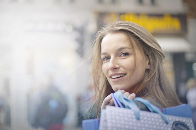 Szczęśliwa uśmiechnięta kobieta w mieście