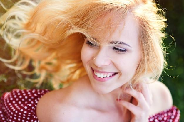 Szczęśliwa uśmiechnięta kobieta w parku