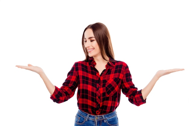 Szczęśliwa uśmiechnięta kobieta, wybierając jedną z dwóch różnych opcji