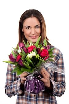 Szczęśliwa uśmiechnięta kobieta z bukietem