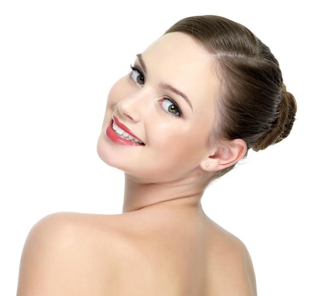 Szczęśliwa uśmiechnięta kobieta z jaskrawoczerwonymi ustami