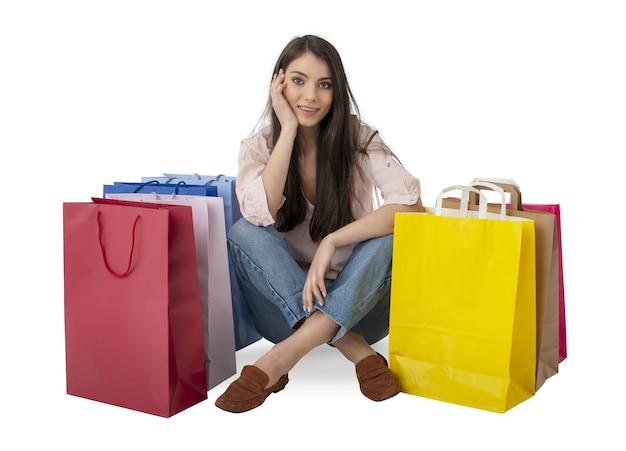 Szczęśliwa uśmiechnięta kobieta z torbami po zakupach