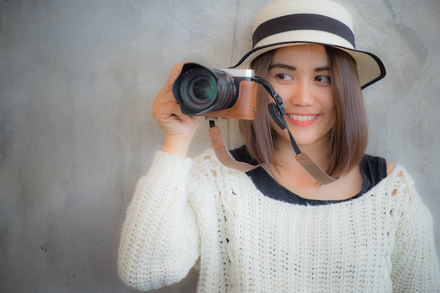 Szczęśliwa uśmiechnięta ładna dziewczyna bierze fotografia obrazek z kamerą. atrakcyjna wspaniała młoda retro kobieta fotografować.