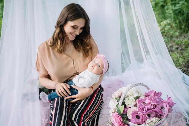 Szczęśliwa uśmiechnięta matka i śliczny dziecko patrzeje kamerę