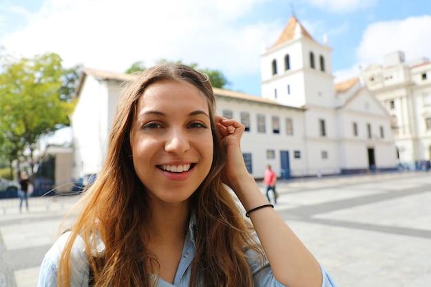Szczęśliwa uśmiechnięta młoda kobieta w sao paulo w brazylii