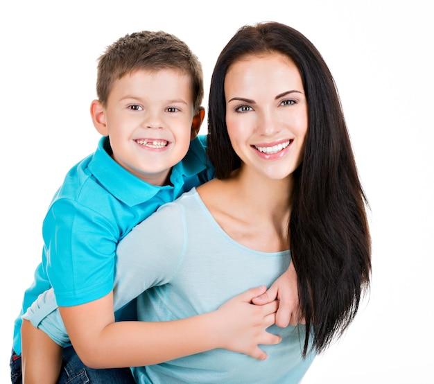 Szczęśliwa uśmiechnięta młoda matka z synem. na białym tle