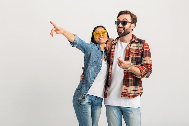 Szczęśliwa uśmiechnięta para na białym tle na białym studio