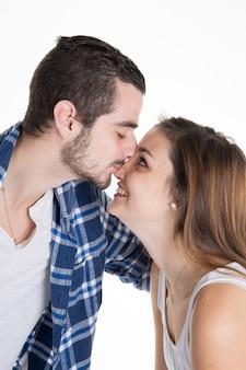 Szczęśliwa uśmiechnięta para w miłości odizolowywającej na bielu
