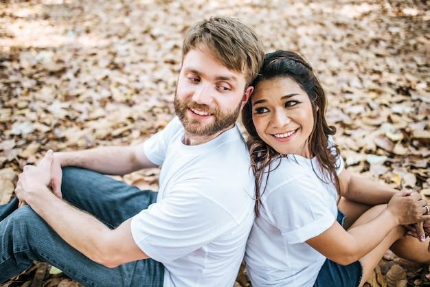 Szczęśliwa uśmiechnięta pary różnorodność w miłość momencie wpólnie