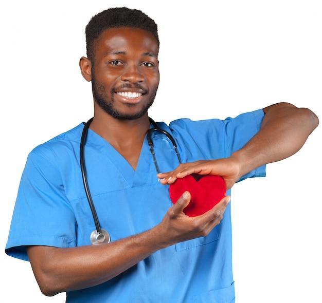 Szczęśliwa uśmiechnięta samiec lekarka z stetoskopu mienia sercem