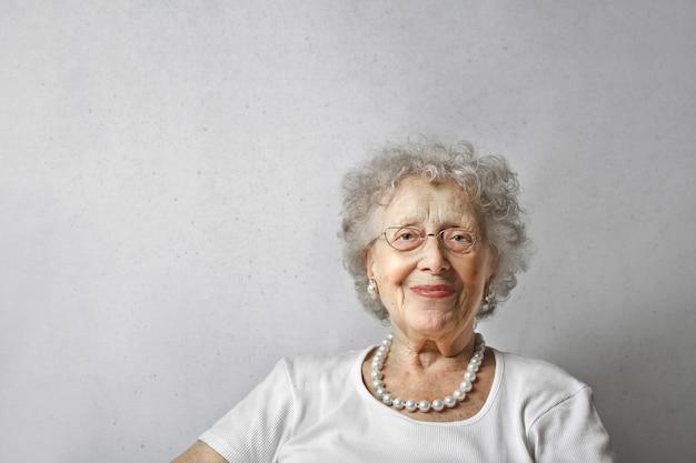 Szczęśliwa uśmiechnięta starsza dama