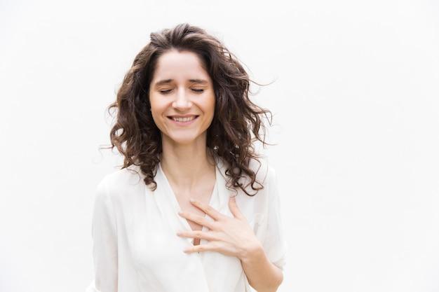 Szczęśliwa wdzięczna ładna kobieta z zamkniętymi oczami