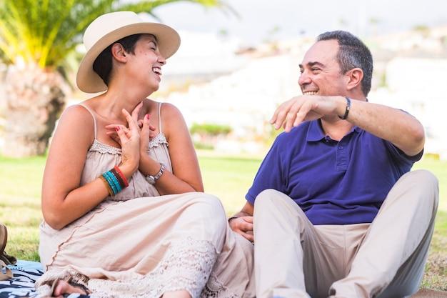 Szczęśliwa wesoła alternatywna para w różnym wieku z młodą kobietą i dorosłym mężczyzną baw się razem z miłością i związkiem