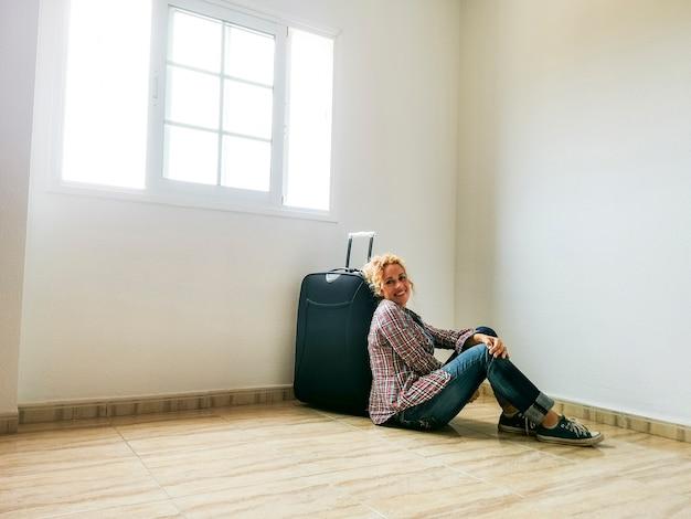Szczęśliwa wesoła dorosła kobieta uśmiecha się i cieszy nowym domem