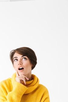 Szczęśliwa wesoła dziewczyna sobie bluza z kapturem stojący na białym tle