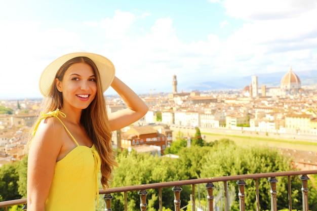 Szczęśliwa wesoła dziewczyna turysta we florencji, włochy. portret młodej kobiety odwiedzających włochy.
