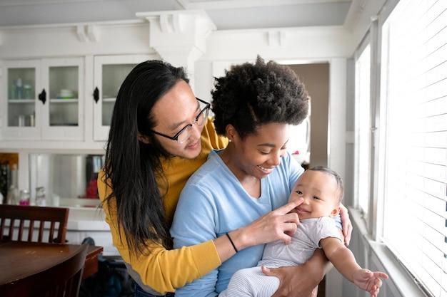 Szczęśliwa wielokulturowa rodzina spędzająca razem czas w nowej normie