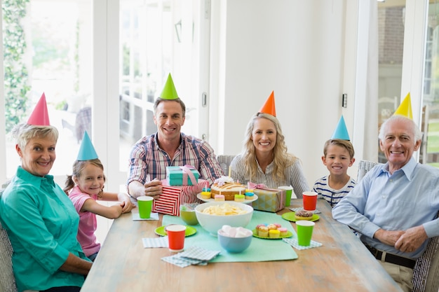 Szczęśliwa wielopokoleniowa rodzina świętuje urodziny