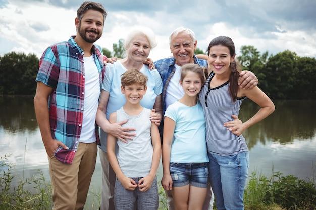Szczęśliwa wielopokoleniowa rodzinna pozycja blisko rzeki