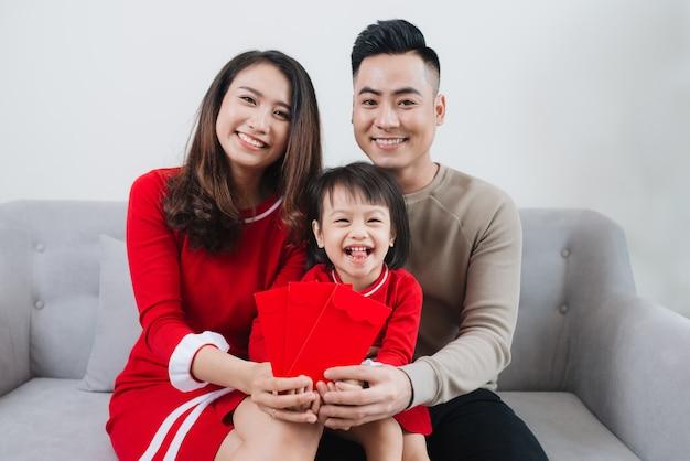 Szczęśliwa wietnamska rodzina świętuje nowy rok księżycowy w domu.