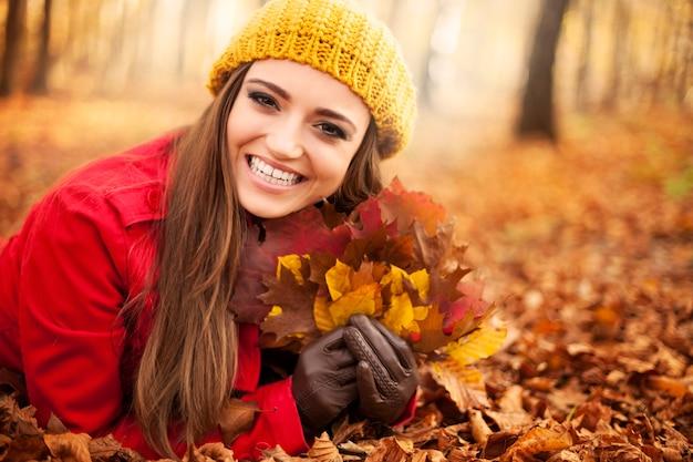Szczęśliwa wspaniała kobieta w sezonie jesiennym
