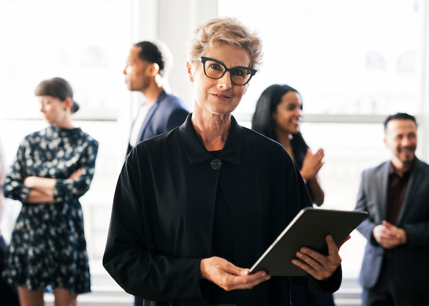 Szczęśliwa, wzmacniająca bizneswoman trzymająca cyfrowy tablet