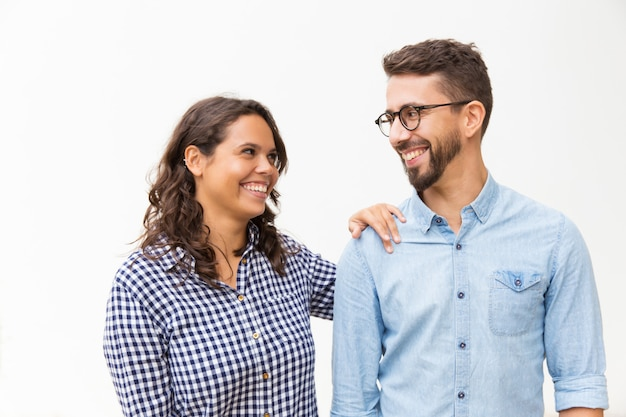 Szczęśliwa zadowolona para na czacie i śmiejąc się