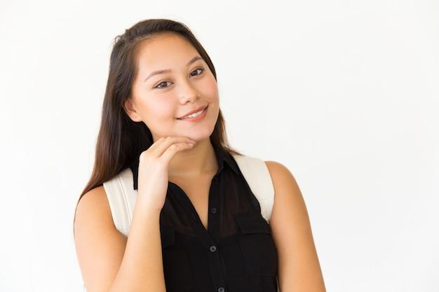 Szczęśliwa zadowolona studencka dziewczyny macania twarz