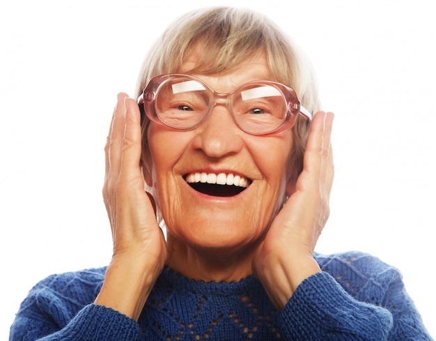Szczęśliwa zdziwiona starsza kobieta patrzeje kamerę