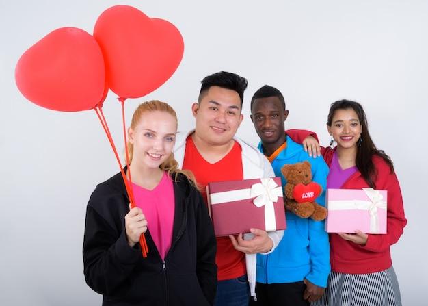 Szczęśliwa zróżnicowana grupa wieloetnicznych przyjaciół smilingng trzymając