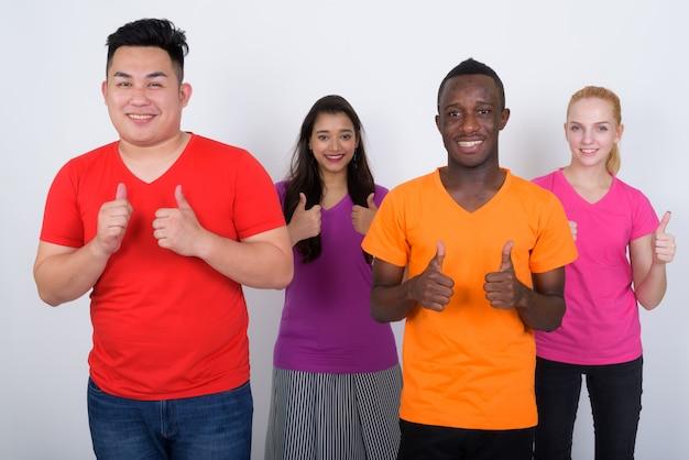 Szczęśliwa zróżnicowana grupa wieloetnicznych przyjaciół z uśmiechem