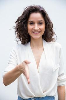 Szczęśliwa życzliwa kobieta daje ręce dla uścisku dłoni