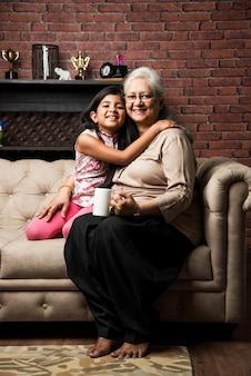 Szczęśliwe chwile z babcią, indyjską azjatycką starszą panią spędzającą czas ze swoją wnuczką