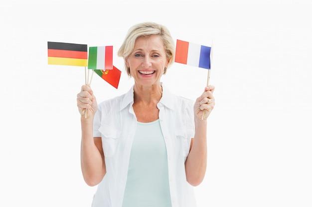 Szczęśliwe dojrzałe kobiety mienia flaga